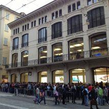 Oggi è finalmente arrivato anche in Italia il tanto atteso iPhone 5 e come sempre si sono formate lunghe code davanti agli 11 Apple Store italiani e ai vari negozi degli operatori Tim, Vodafone e H3G che per l'occasione hanno […]