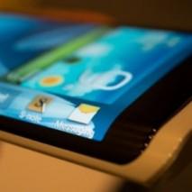 """In queste ultime ore circola in rete un interessante rumors che riguarda un nuovo smartphone della serie Galaxy di Samsung. L'azienda sud-coreana starebbe infatti pensando ad un nuovo terminale con display """"avvolgente"""" che va quindi oltre ai normali bordi."""