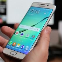 Sembra proprio che Samsung non voglia cambiare, dopo le ormai famose frecciatine che puntualmente lancia ad Apple e le forti somiglianze di alcuni suoi prodotti e servizi con quelli della mela morsicata ora ha raggiunto un altro livello: il nuovo […]