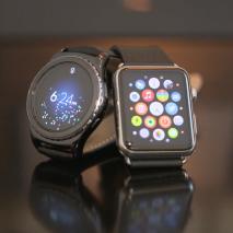 """Il neonato mercato degli smartwatch, ovvero gli """"orologi intelligenti"""", è in costante fermento. Questi nuovi dispositivi consentono all'utente di ricevere tutte le notifiche direttamente sul polso, monitorare la propria attività fisica, effettuare pagamenti elettronici, utilizzare l'assistente vocale e con le […]"""